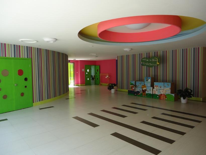 幼儿园环境优美,空气清新,自然恬静,24小时保安守护.